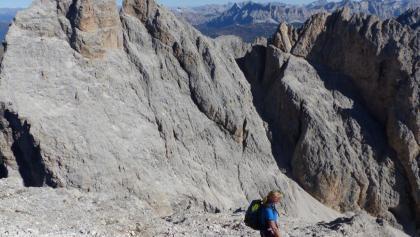 Am Gipfel genießt man eine grandiose Aussicht (Blick auf die Furcheta).
