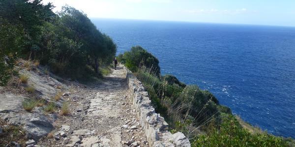 befestigter Weg entlang der Küste