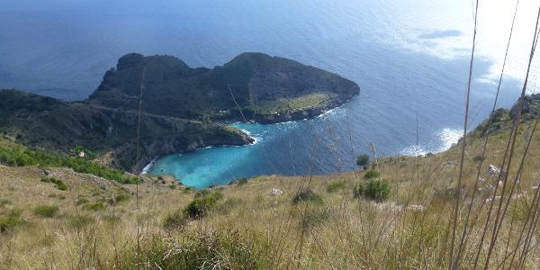 Hoch über der Bucht verläuft der Weg nach Monte Constanzo