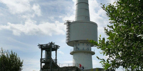 Der Aussichtsturm Backöfele und der Turm der ehemaligen Streitkräfte auf dem Schneeberggipfel.