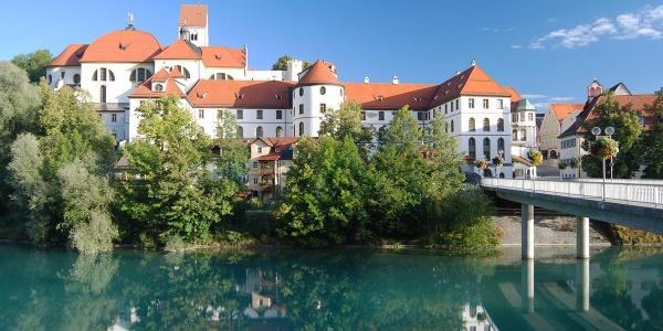 Fernradweg Bodensee-Königssee-Radweg Blick auf das Barockkloster St. Mang in Füssen