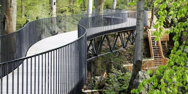 """Die freischwebende Brücke über dem Felsenmeer bietet dem Besucher neue Blicke in das """"Nationale Geotop""""."""