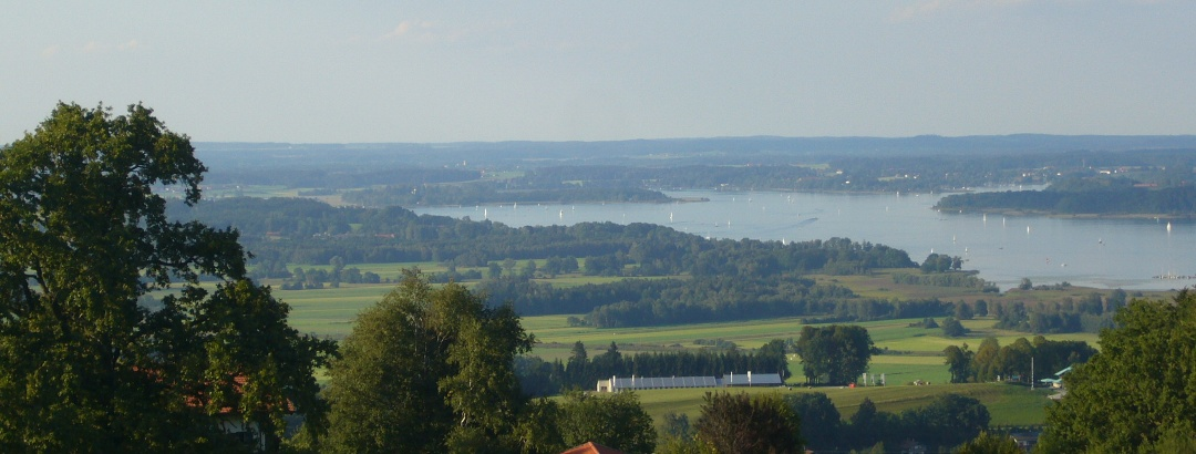 Blick vom Seiserhof auf den Chiemsee.