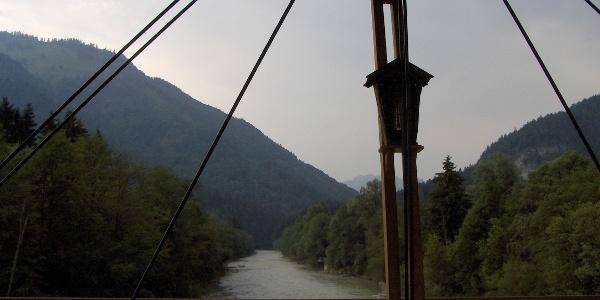 Wir blicken von der Staffenbrücke auf die Kössener Ache.
