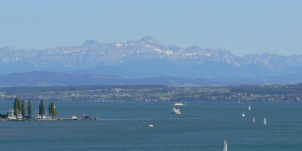Bei klarem Wetter sind die Alpen im Hintergrund sichtbar.