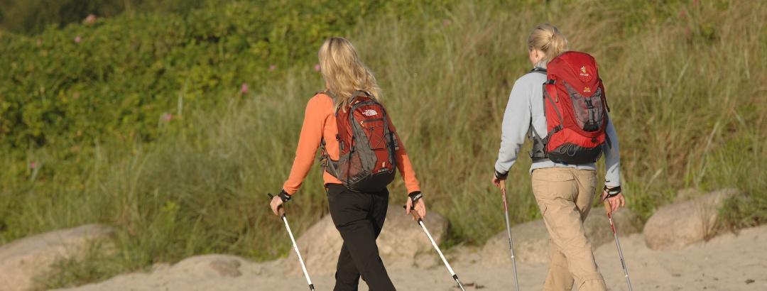 Nordic Walking am Strand der Schleswig-Holsteinischen Ostseeküste.
