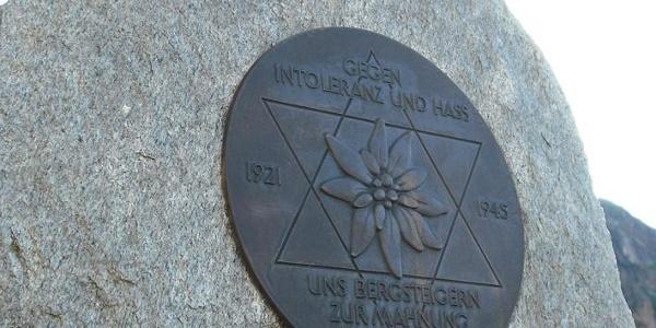 Gedenkstein vor dem Friesenberghaus
