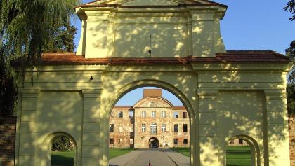 Einfahrt zum gekonnt restaurierten Schloss und ehemaligen Kloster mit großer Gartenanlage.