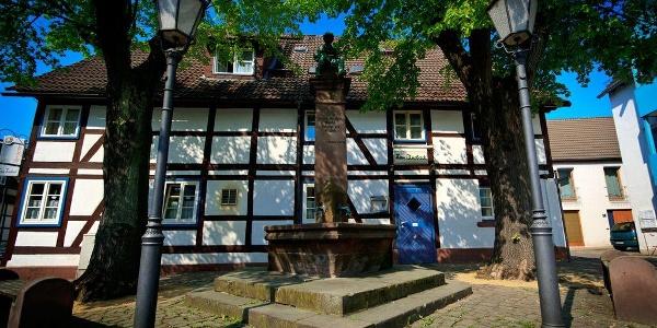 Raabe-Brunnen in der Altstadt von Holzminden