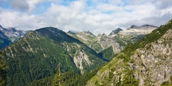 Ausblick auf Großen Wilden, kleinen Wilden, Höllhörner, Jochspitz und Rauhegg
