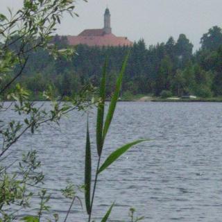Ein Blick auf den Kirchsee mit Kloster Reutberg.
