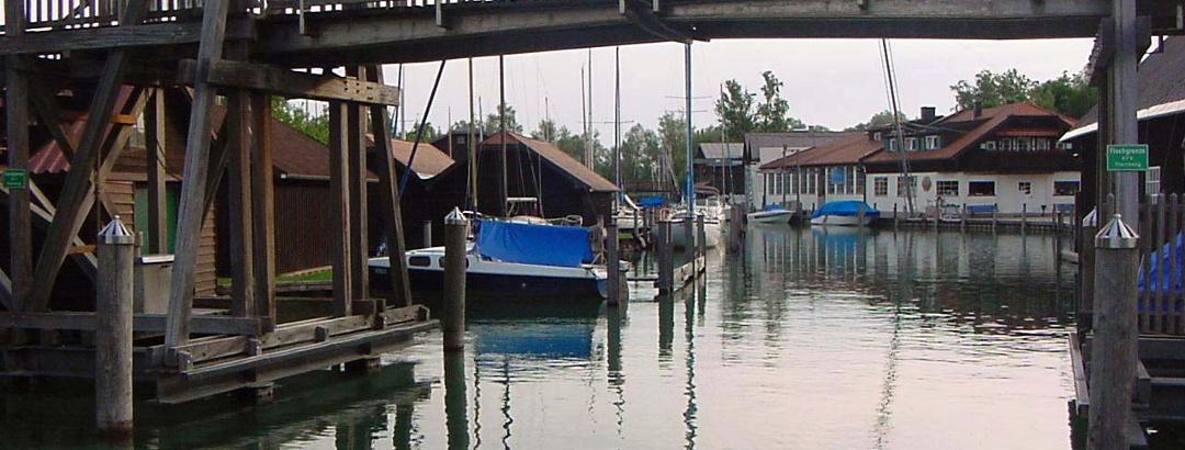 Diese Holzbrücke wird geöffnet, wenn ein größeres Boot passieren muss.