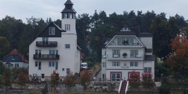 Am Ufer des Röblinsees stehen prächtige Villen, die zum Teil auch touristisch zugänglich sind.