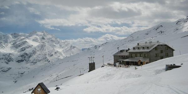 Die Pizzinihütte bei der Abfahrt, vom Cevedale kommend