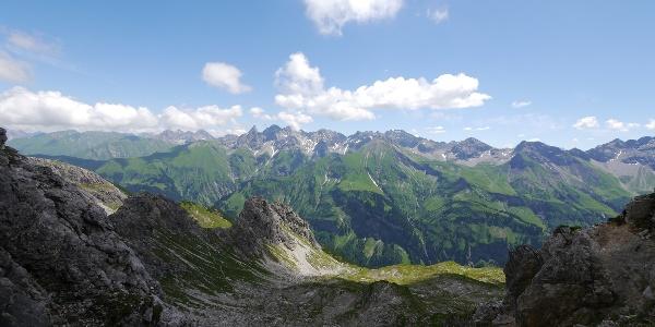 Eindrucksvoller Blick von der Fiderescharte auf den Allgäuer Hauptkamm, in der Mitte Trettachspitze und Mädelegabel