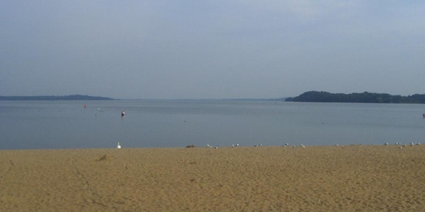 In Zippendorf lädt uns dieser herrliche Sandstrand in den warmen Monaten zu einer Badepause ein.