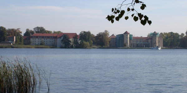 Schloss Rheinsberg liegt direkt am Grienericksee.