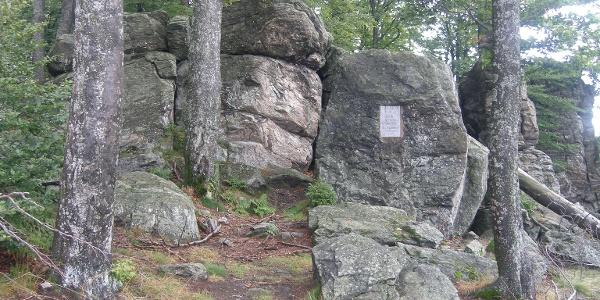 Bei den Felsen beim Hirschenstein bietet sich eine Rast auf der Hälfte unserer Wanderung an.