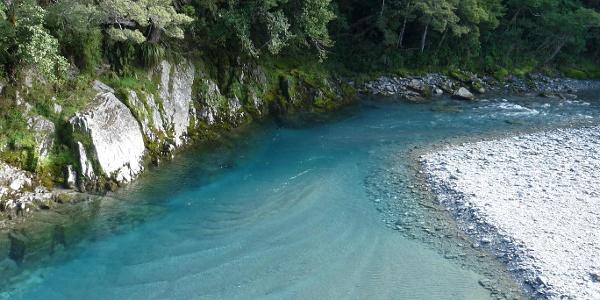 Blick von der Hängebrücke an den Blue Pools
