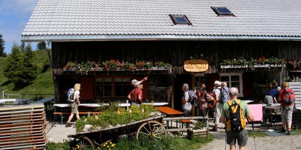Wanderer auf der Terrasse des Berggasthaus Hochhäderich