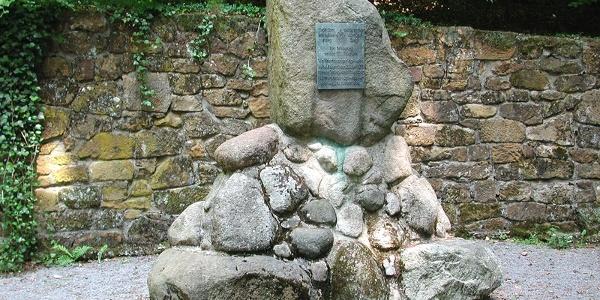 """Denkmal """"Walther von der Vogelweide"""" am Wanderweg """"Hermannsweg"""" im Teutoburger Wald"""