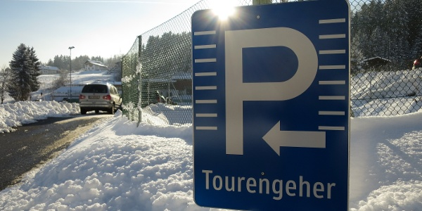 Perfekt: Ein eigener Parkplatz für Pisten-TourengeherInnen um faire € 2,50 (2014).