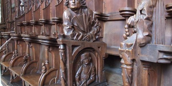 Das gotische Chorgestühl in St. Martin in Memmingen.