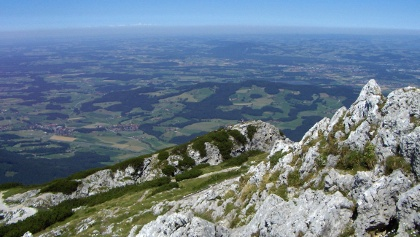 Wir schauen vom Gipfel weit in die Ebene.