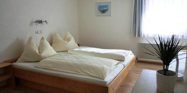 Schlafzimmer Dreibett 1