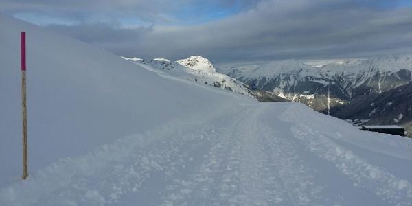Der Winterwanderweg, im Hintergrund das Rütihorn