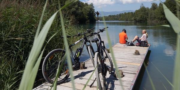 Noch sind die Berge nicht in greifbarer Nähe: kleine Picknick-Pause am Alten Rhein
