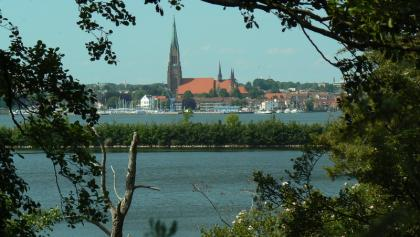 Blick übers Haddebyer Noor (und die Schlei) auf den Schleswiger Dom