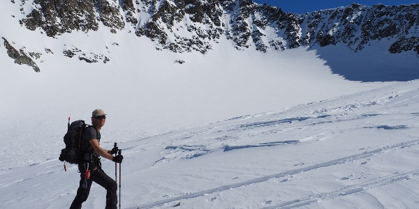 Kurz vor der Hölltalscharte. Im Hintergrund sind Grat und Gipfel gut zu erkennen.