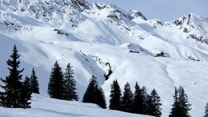 Hinter der Inneren Wumblsalm zeigt sich die Bergwelt um die Hohe Kreuzspitze.