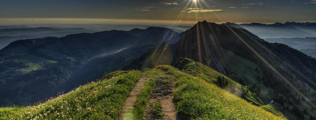 Romantischer Sonnenaufgang über Oberstaufen