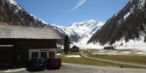 Start und Parkplatz beim Alpengasthof Kasern, ganz hinten der Kleine Kaserer (fotografiert nach Rückkehr).