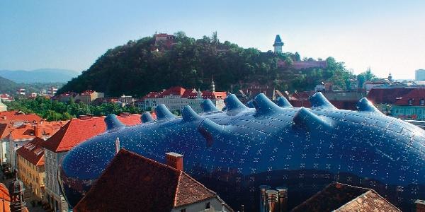 Blick auf das Kunsthaus Graz mit Schlossberg im Hintergrund
