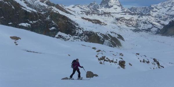 Querung der Ausläufer des Monterosagletschers. Hütte vor Matterhorn.