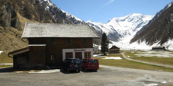 Alpengasthof Kasern, ganz hinten der Kleine Kaserer (3093 m).