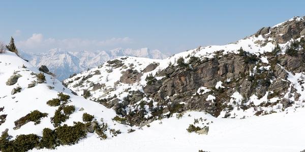 durch kuppiertes Gelände geht es weiter in Richtung Viggarspitze: Rückschau auf Mieminger und Wetterstein