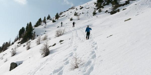 Abstieg durch steile Hänge