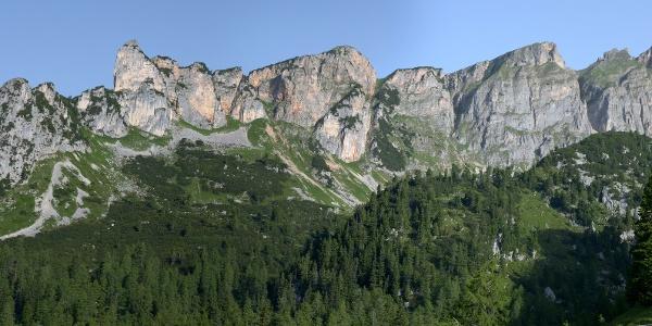 Rotspitze und Dalfazer Wände im Westen der Erfurter Hütte