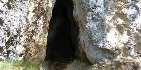 Das Tschetterloch - eine der seltenen Höhlen im Dolomitgestein.