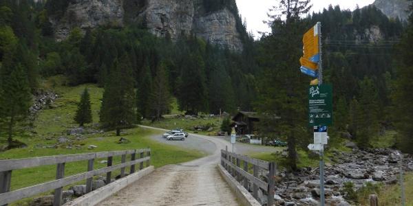 Kurz nach dem Start geht es über die Brücke des Ruosalpbaches.