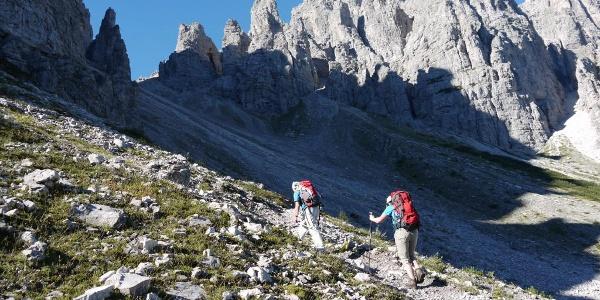 Aufstieg zur Forcella Urtisiel mit den Wänden der Cima Urtisiel Ovest
