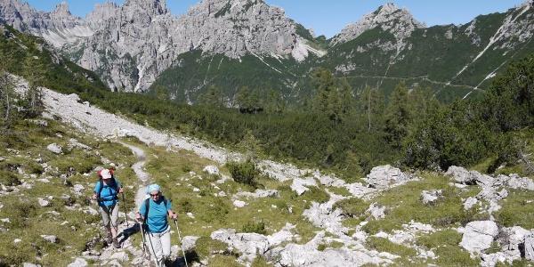 Aufstieg zur Forcella Val di Brica, im Hintergrund die Forcella Urtisiel und der Wegverlauf