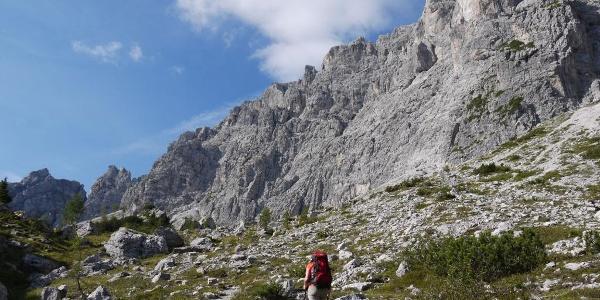 Die Etappe beginnt gemächlich unter gewaltigen Dolomiten-Wänden