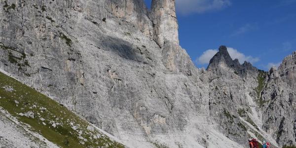 Eindrucksvoll erhebt sich der Torrione Comici, der Nicht-Kletterern über den Cassiopea-Klettersteig zugänglich ist