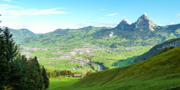 Blick auf den Talkessel von Schwyz mit den Mythen.