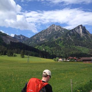 Blick aus dem Tal auf die Berge